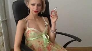 Секси блондинка дразнит нас в нижнем белье