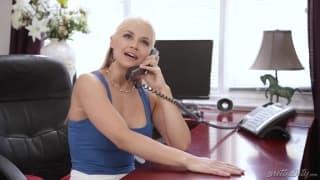 Шлюха с волосатой киской трахается в офисе