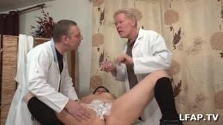 Два доктора бреют одну волосатую киску