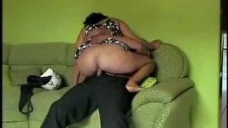 Она сосет его член и интенсивно трахает