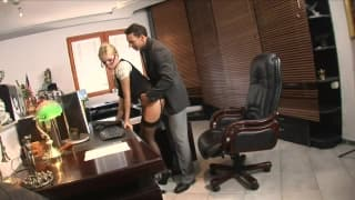 Эта секретарша хочет порадовать своего босса