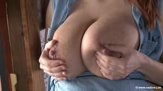 Кормящая Ката показывает свою большую грудь