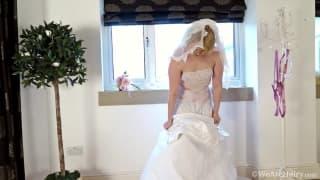Невеста мастурбирует в своём свадебном платье