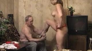 Старый извращенец трахает молодую девчонку