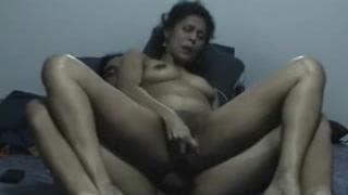 Он трахает ее задницу пока она трахает киску