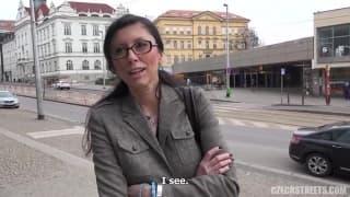 Эта чешская шлюха будет трахаться где-угодно