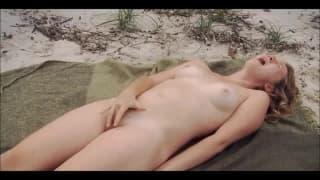 Эта женщина любит поиграть на природе