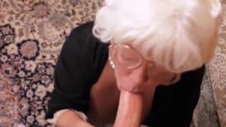 Бабушка любит наслаждать свою старую киску