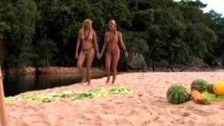 Горячие лесбиянки лижут друг друга в отпуске