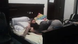 Раздевается и трахается с парнем в постели