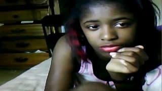 Темнокожая красотка перед веб камерой