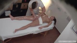 Замечательная девушка наслаждается массажем