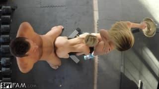 Белла Роуз с подругой пользуются одним членом