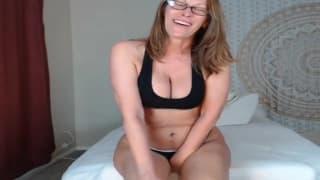 Полная мамаша показывает свое горячее тело