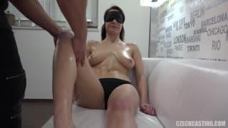 Сексуальные горячие сиськи получают массаж