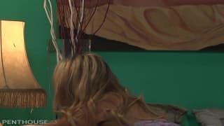Горячая блондинка Чарли Монро сосёт хуй парню