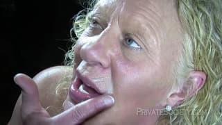 Зрелая женщина любит трахаться в групповухе