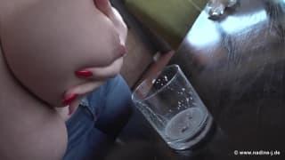 Грудастая сука играет и отсасывает своё молоко