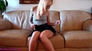 Она показывает свою одежду и мокрую киску