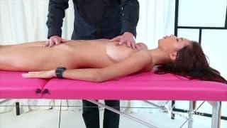 Сексуальная азиатка получает мастурбацию