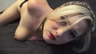 Блондинка показывает свою сексуальную сторону