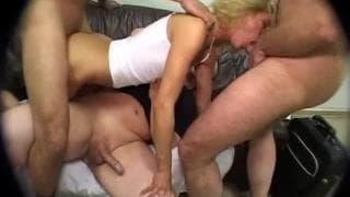 Блондинка Наташа в интенсивной групповухе