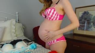 Беременная девушка гордится новыми формами