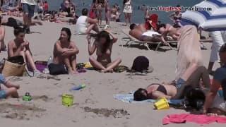 Наблюдение за грудастой сукой на этом пляже