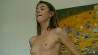 Молодая женщина мастурбирует с игрушками