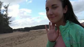 Хорошая поездка на пляж для горячей девушки